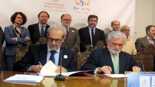 El rector de la USAL, izquierda, junto al presidente de la RAE, Dario Villanueva