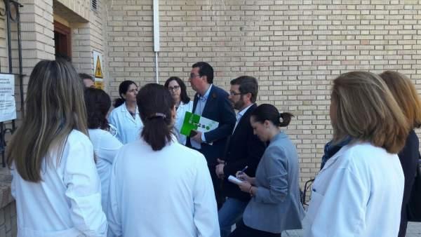 Reunión de representantes del PP con trabajadores del laboratorio.