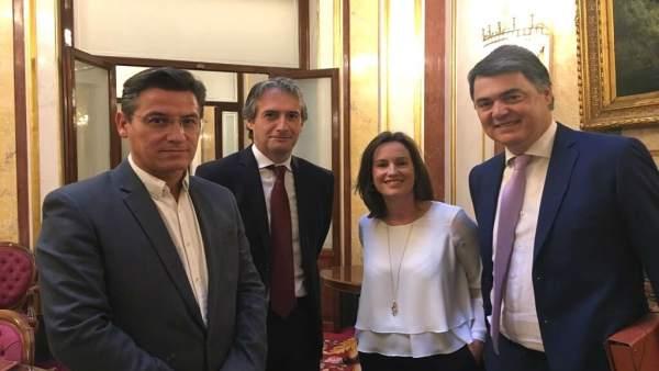 El ministro de Fomento, en el centro, con diputados de PP y Cs de Granada