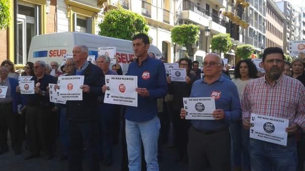Concentración a las puertas de UGT en memoria del trabajador fallecido.