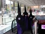 Nazarenos saliendo del metro de Sevilla