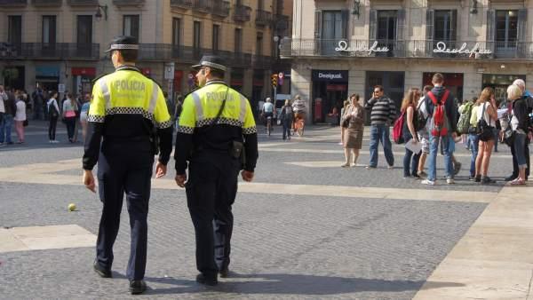 Guardia Urbana patrullando en la Plaza de la Catedral de Barcelona.