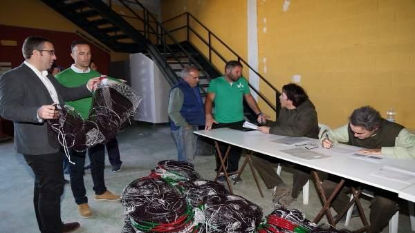 Precintado de redes de pesca de cangrejo rojo en Los Palacios (Sevilla)
