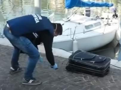 Un policía italiano, con la maleta