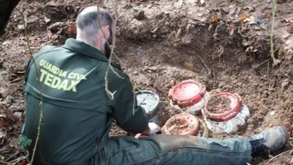 Zulo de ETA en Irún con siete bidones con material explosivo