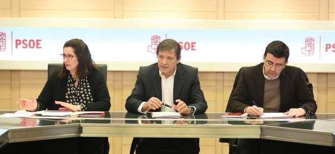 Javier Fernández y Mario Jiménez en una reunión de la Gestora del PSOE en Ferraz