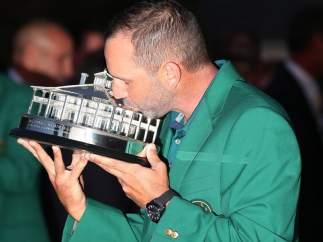 García besa el trofeo del Masters de Augusta