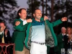 La chaqueta verde sobre sus hombros