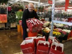 Josep Ruiz, mayorista de rosas del Mercado de Flor y Planta Ornamental de Cataluña, prepara encargos por Sant Jordi. Imagen del 10 de abril de 2017. (horizontal)
