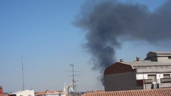 Columna de humo originada por el inciendio en un taller de neumáticos