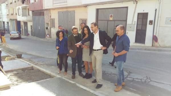Felipe López visita las mejoras en la travesía de Valdepeñas de Jaén.