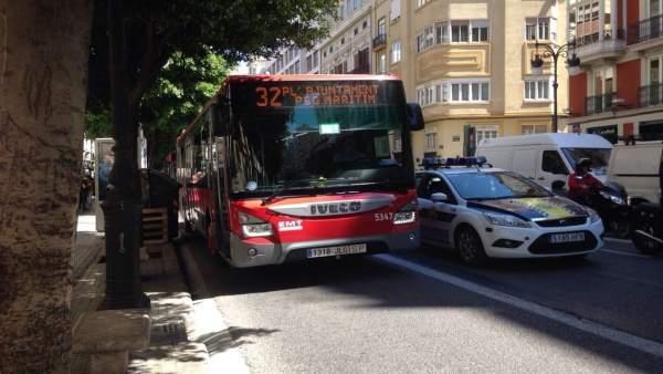 Hostelers valencians advertixen que prohibir aparcar en el carril bus posa en risc 500 llocs de treball