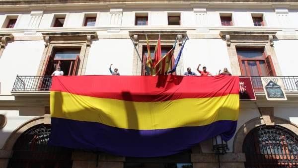 L'Ajuntament de Sagunt oneja la bandera republicana al ritme de l'himne de reg