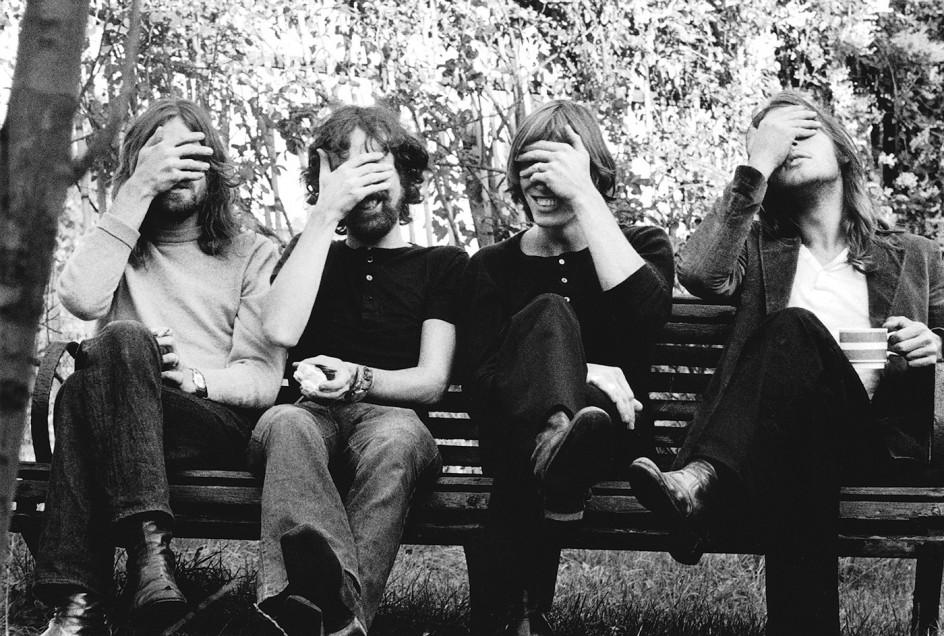 Hands over eyes, 1971 . Los cuatro músicos de Pink Floyd posan con los ojos tapados en 1971