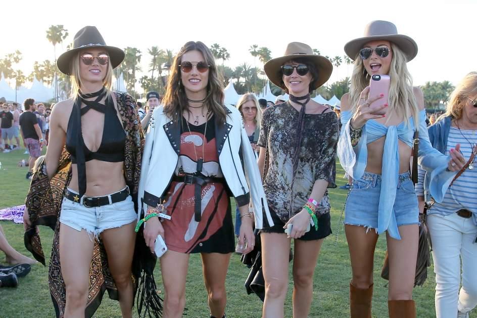 Alessandra Ambrosio. La supermodelo brasileña Alessandra Ambrosio (2i), en Coachella con su grupo de amigas.