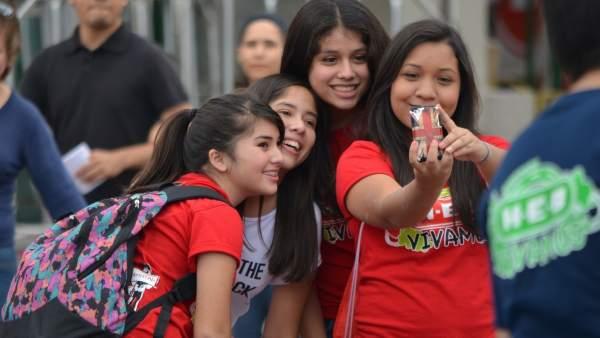 Adolescentes haciendo un 'selfie'.