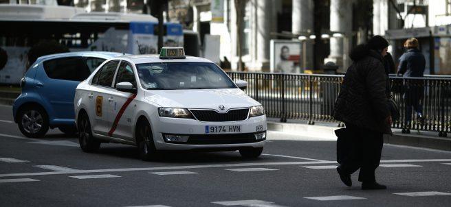 Tráfico, circulación, coche, coches, taxi, taxis, autobús, peatón, peatones