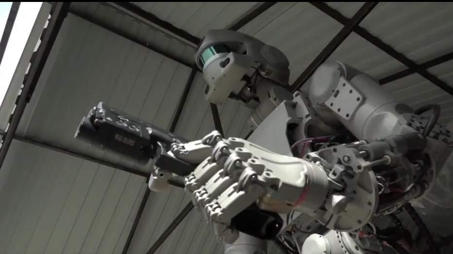 Rusia desarrolla un robot capaz de disparar armas, pero aclara que