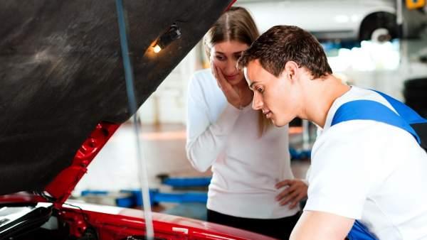 Revisión del coche en el taller