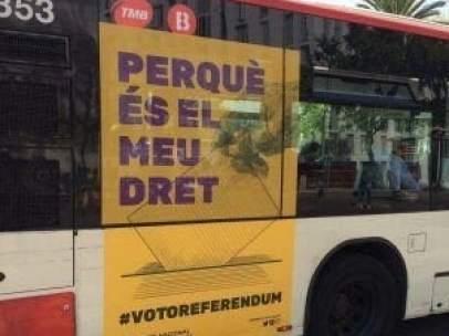 Autobús de TMB con publicidad del Pacte pel Referèndum