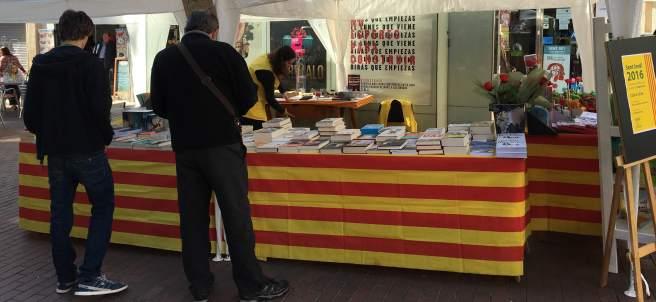 Puesto de libros en el día de Sant Jordi