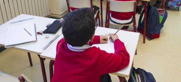 Un niño recibe clase en un colegio