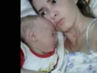 Amelia Bannan y su hijo
