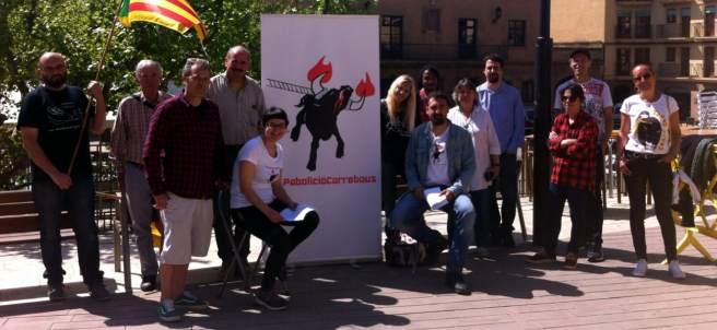 Foto de familia de los activistas que han impulsado la ILP para prohibir los 'correbous' y que se ha presentado en Cardona.