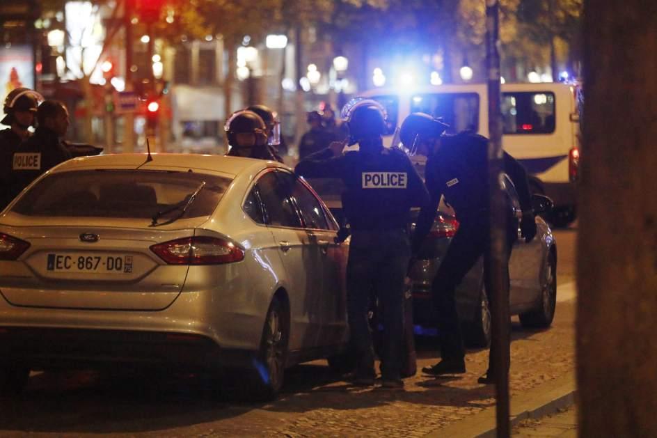 Tiroteo en París. Miembros de la Policía francesa custodian la zona tras el tiroteo en los Campos Elíseos, en París.