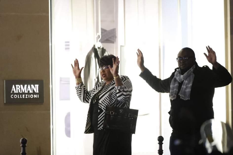 Manos en alto. Un grupo de personas caminan con las manos en alto luego de que se registrara el tiroteo.