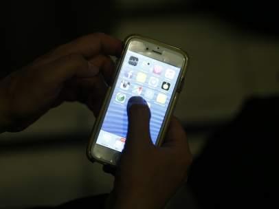 Un usuario de un teléfono móvil