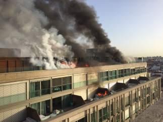 Espectacular incendio en una azotea de Callao
