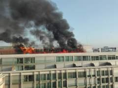 Un incendio en una azotea de Gran Vía genera una gran columna de humo