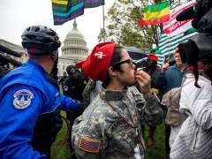 Detenidos por fumar marihuana frente al Congreso de EE UU