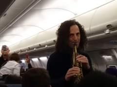 Kenny G. da un concierto en un avión en pleno vuelo