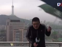 Un rayo alcanza a un reportero chino mientras daba el tiempo