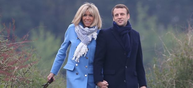 Brigitte Trogneux (63) y Macron (39)