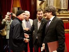 """Puigdemont defiende a Llach y afirma que hay que """"cumplir"""" las leyes del Parlament"""