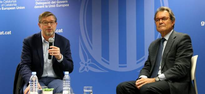El corresponsal del 'Libération', Jean Quatremer, y el expresidente de la Generalitat, Artur Mas, durante el acto en Bruselas