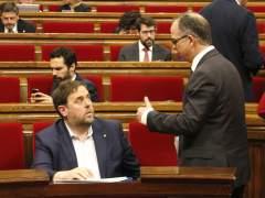 El vicepresidente Gobierno catalán, Oriol Junqueras, con el presidente del grupo de JxSí, Jordi Turull