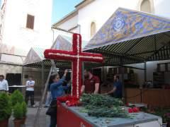 Montaje de una de las cruces de Mayo