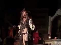 Johnny Depp sorprende apareciendo Disneyland