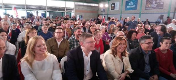 Susana Díaz, tercera por la izquierda, entre Ximo Puig y Alfred Boix en Elche