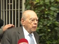 Jordi Pujol sale de su casa en Barcelona