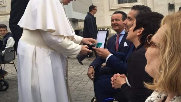 Acto de entrega de la vieira al Papa Francisco.