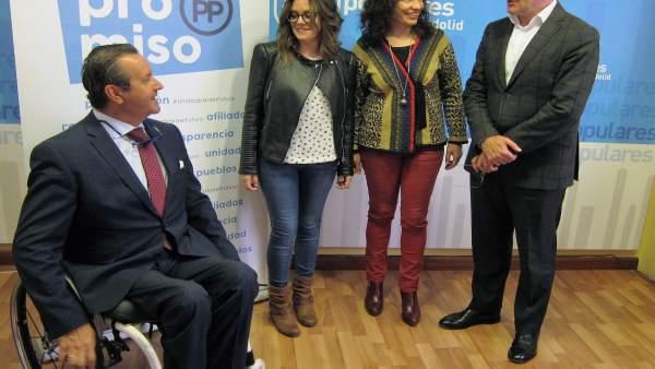 Carnero conversa con Ignacio Tremiño en la sede del PP de Valladolid