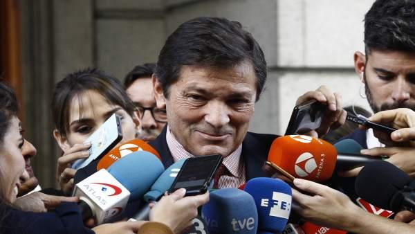 Javier Fernández atiende a los medios a la entrada del Congreso