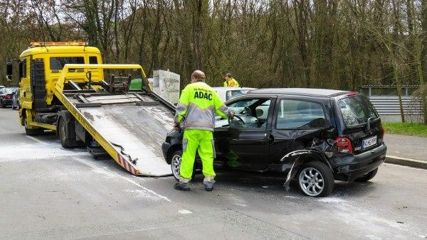 Una grúa recoge un coche accidentado