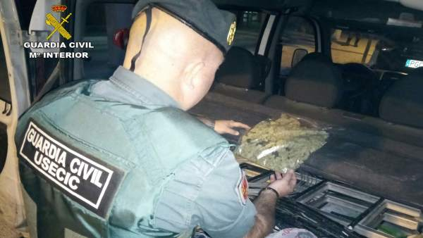 Civil sorprende al conductor de una furgoneta con 120 gr cogollos de marihuana