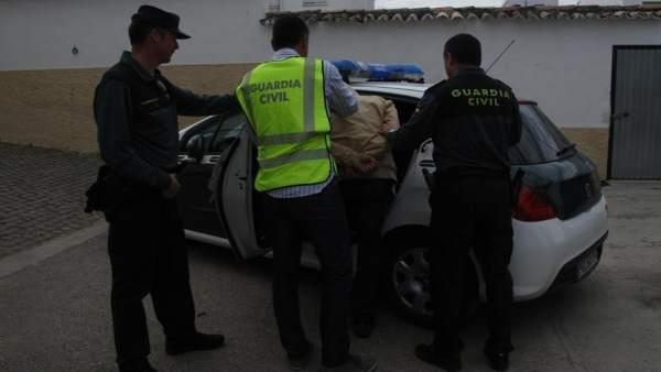 Los agentes detienen a uno de los acusados de robos con violencia.